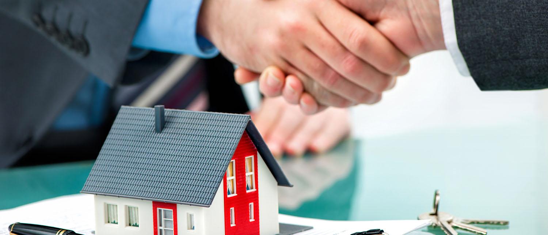 Зачем и как переоформлять квартиру на родственника? Придется ли платить налоги? Какие существуют способы переоформления квартиры и какие документы понадобятся? На все вопросы ответят опытные юристы по жилищному праву.
