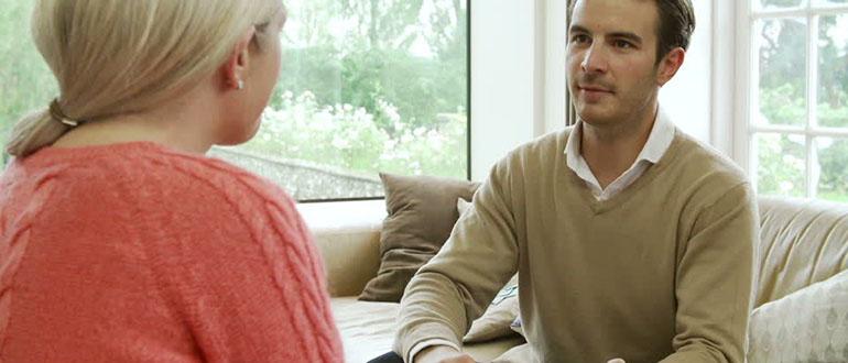 Как продать квартиру жене: способы передачи имущества.