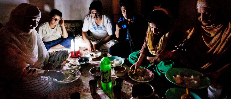 Правомерно ли отключение электроэнергии за неуплату коммунальных услуг? Кто и как отключает свет за долги по кварплате? Расскажем в нашей статье.